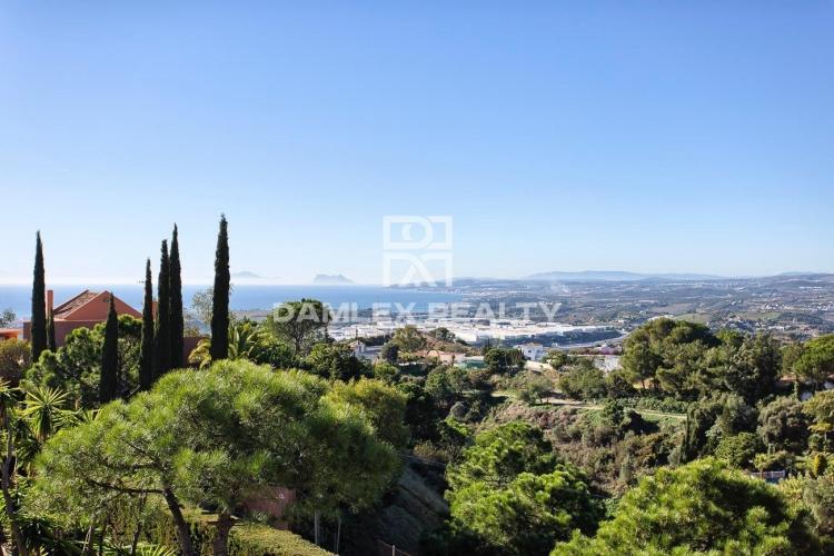 Villa in classic style with sea views, Estepona