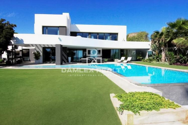 Villa on the first line with sea views