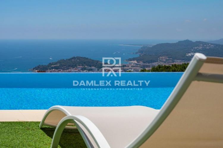 Luxusvilla mit Panoramablick auf das Meer in der Urbanisation Roca Grossa