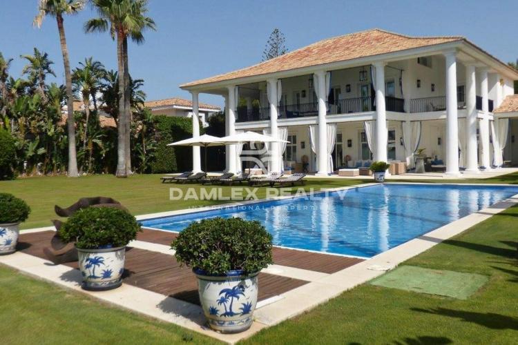 Villa in first sea line in Casasola
