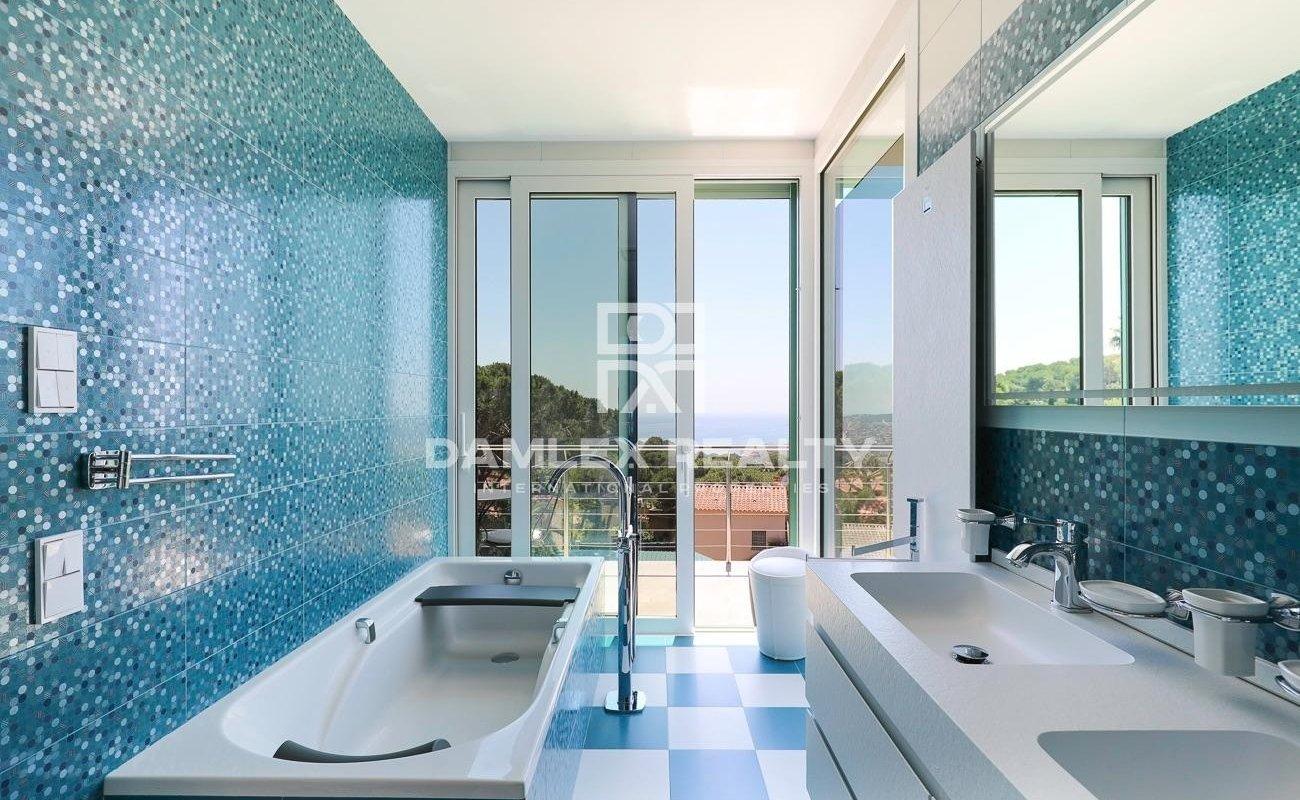 Moderne Villa mit Panoramablick auf das Meer und in Strandnähe