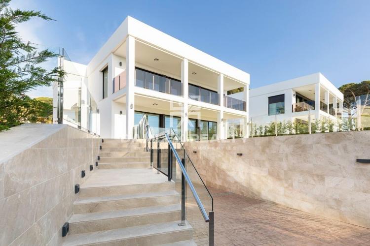 Wunderschöne moderne Designvilla in Strandnähe