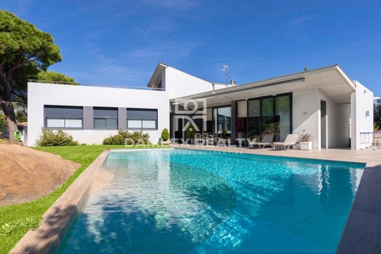 Moderne Villa mit Panoramablick auf das Meer in der renommierten Urbanisation Les Bateries