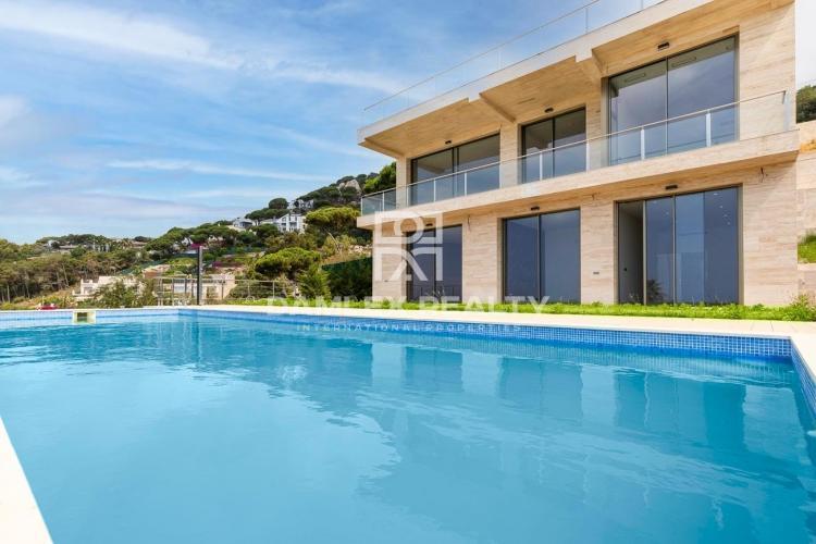 Neue moderne Villa mit Panoramablick auf das Meer in Lloret de Mar