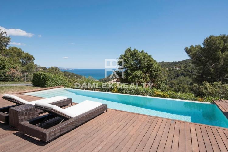 Villa mit außergewöhnlichem Meerblick in einer sehr ruhigen Urbanisation