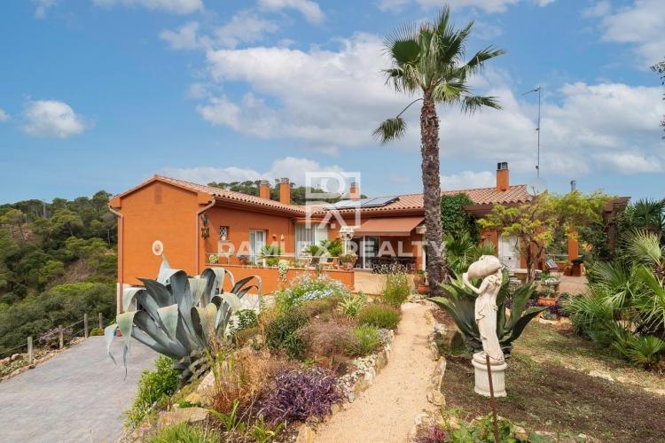 Villa mit herrlichem Meerblick auf einem 3044 m2 großen Grundstück