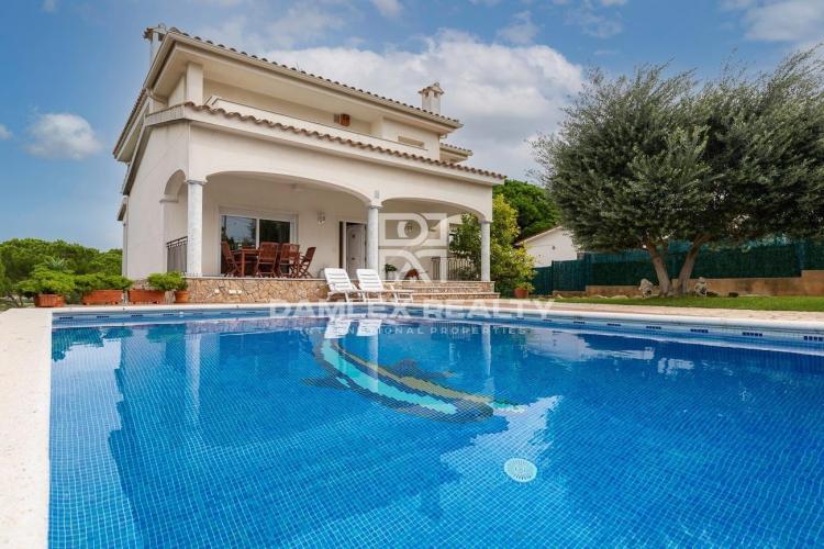 Sonniges Haus mit Schwimmbad und Bergblick in Ruhiger Nachbarschaft